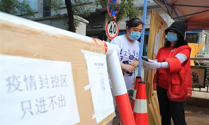 Dân Philippines đổ xô đi tiêm trước phong tỏa, thành phố Trung Quốc thành ổ dịch - 2