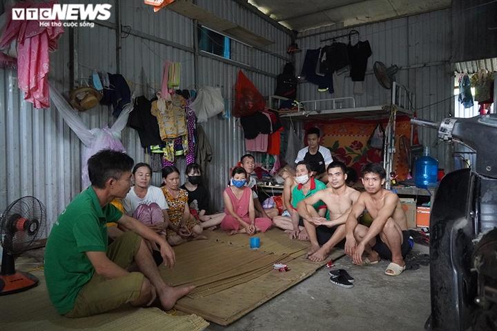 Kẹt lại Hà Nội, lao động nghèo nấu mì tôm chan cơm sống qua mùa dịch - 1