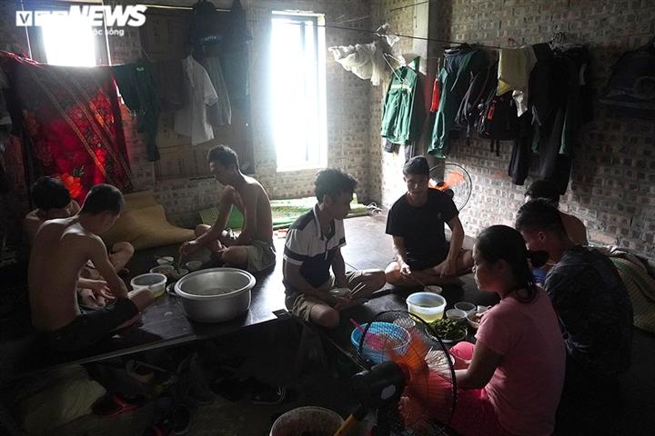 Kẹt lại Hà Nội, lao động nghèo nấu mì tôm chan cơm sống qua mùa dịch - 2