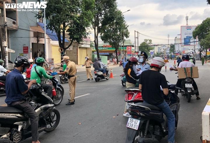 TP.HCM: Nhiều chốt kiểm soát dịch tạm dừng khai báo 'di biến động dân cư' - 1