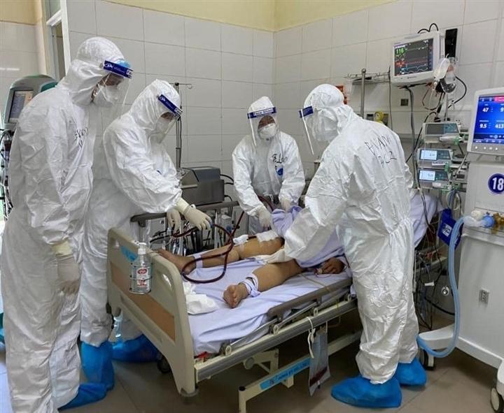 Gần 2.300 ca COVID-19 nặng ở TP.HCM đang thở máy  - 1