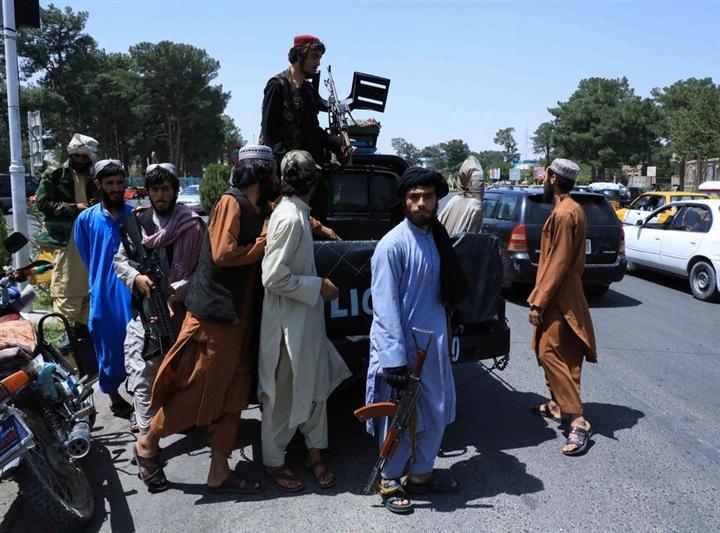 Taliban vác súng tới gõ cửa từng nhà dân, thúc giục đi làm trở lại - 1