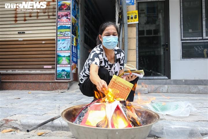 Ảnh: Vỉa hè, lòng đường Hà Nội nghi ngút khói ngày rằm tháng 7 - 9