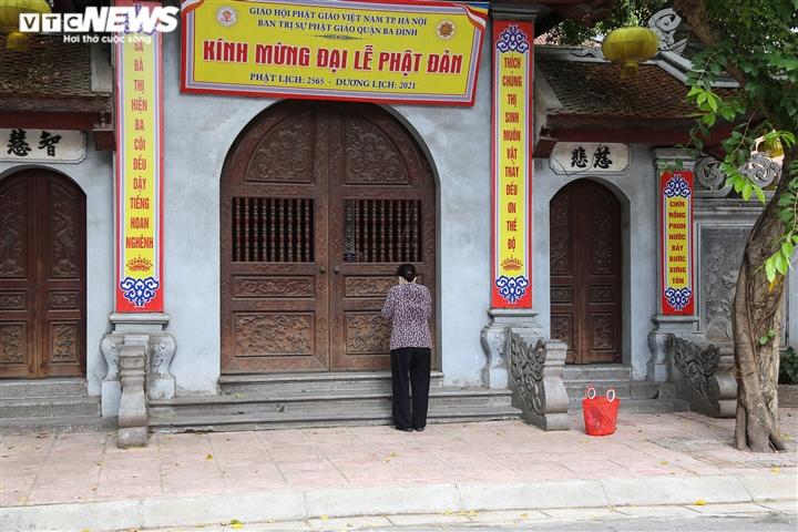Ảnh: Vỉa hè, lòng đường Hà Nội nghi ngút khói ngày rằm tháng 7 - 13