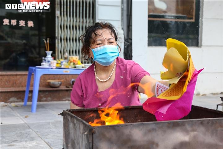 Ảnh: Vỉa hè, lòng đường Hà Nội nghi ngút khói ngày rằm tháng 7 - 12