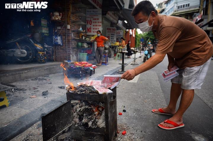 Ảnh: Vỉa hè, lòng đường Hà Nội nghi ngút khói ngày rằm tháng 7 - 7