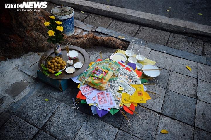 Ảnh: Vỉa hè, lòng đường Hà Nội nghi ngút khói ngày rằm tháng 7 - 2