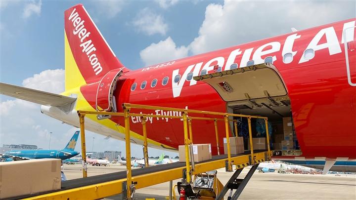 Vietjet vận chuyển thiết bị y tế viện trợ từ Đức về TP.HCM