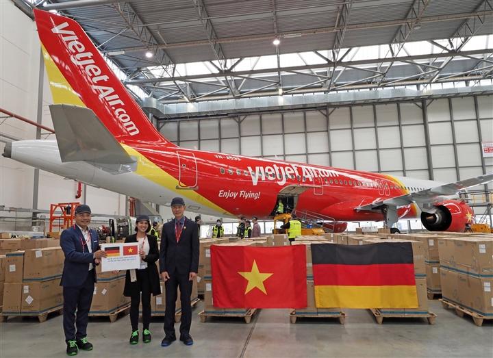 Vietjet vận chuyển thiết bị y tế viện trợ từ Đức về TP.HCM - 2