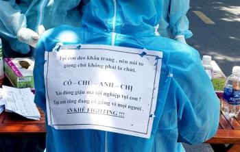 Thông điệp đáng yêu trên lưng nhân viên lấy mẫu xét nghiệm COVID-19 ở Đà Nẵng
