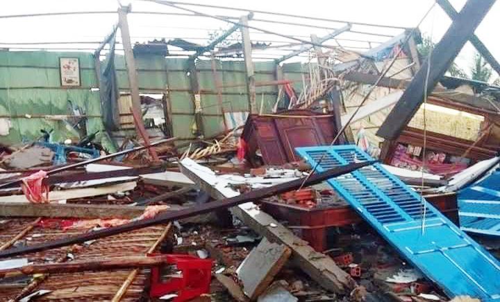 Lốc xoáy tại Bến Tre làm sập và tốc mái 82 căn nhà -1