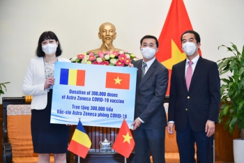 Việt Nam tiếp nhận 300.000 liều vaccine AstraZeneca do Romania gửi tặng
