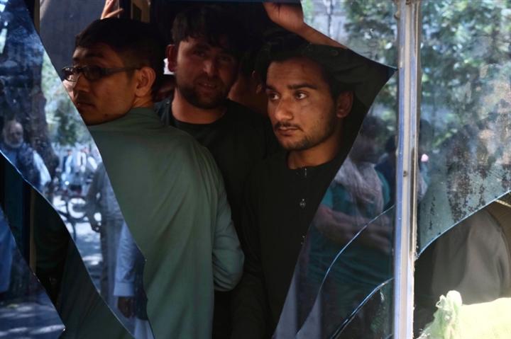 Mở cửa trở lại, ngân hàng Afghanistan hỗn loạn như sân bay sơ tán dân  - 1