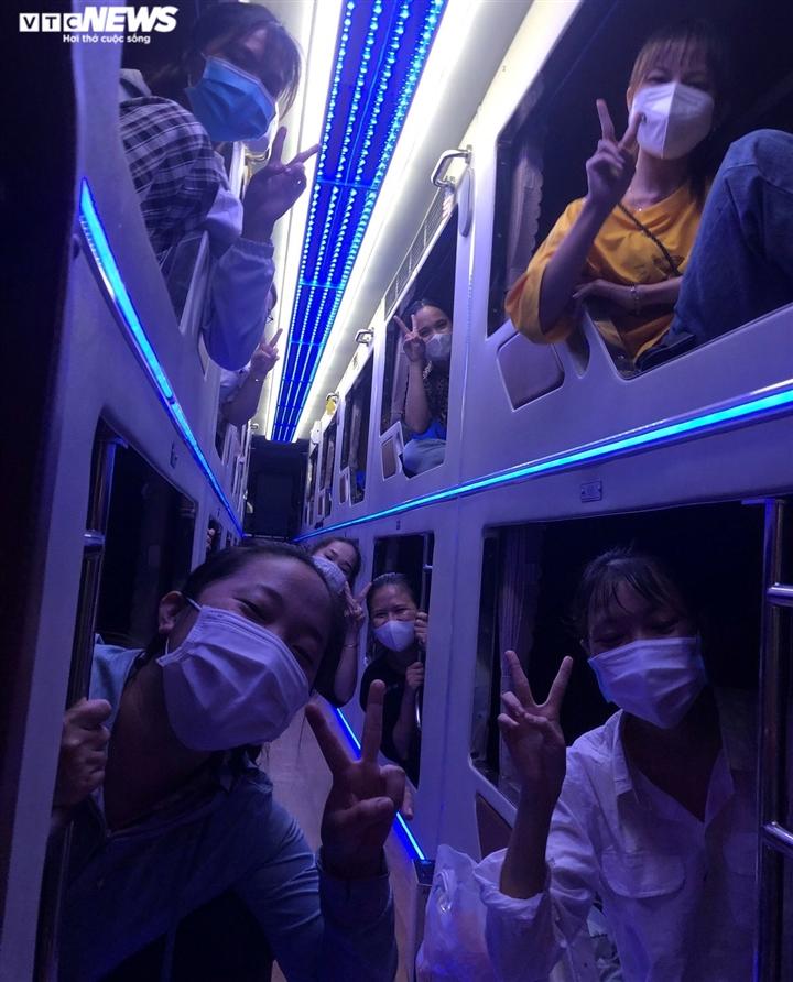 Nhận bằng tốt nghiệp buổi sáng, nhóm sinh viên xuyên đêm vào TP.HCM chống dịch - 3