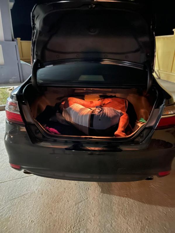 Trốn trong cốp xe ô tô để tránh khai báo y tế -0