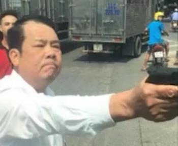 Vụ giám đốc công ty bảo vệ rút súng, dọa