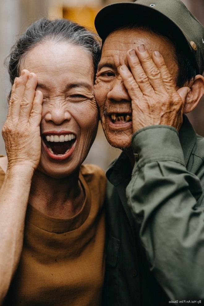 """Cặp vợ chồng già gây sốt với bộ ảnh """"ngọt như mật"""" ở Hội An"""
