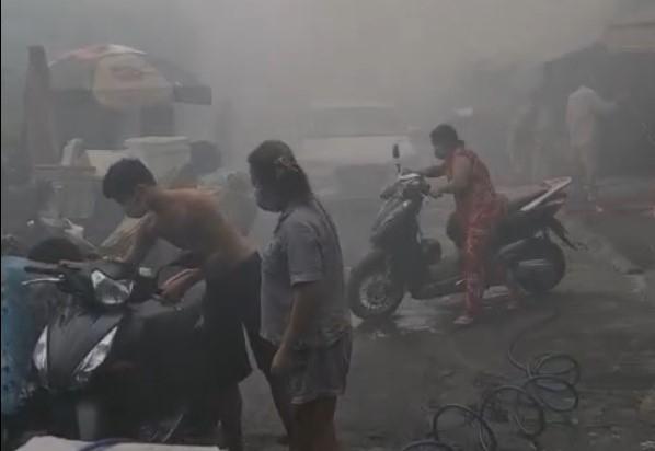 Thiếu tá Công an xông vào ngôi nhà đang cháy cứu bà cụ 73 tuổi -2