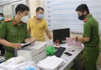 Bắt tạm giam cán bộ phường thu phí người ngoài vào tiêm vaccine
