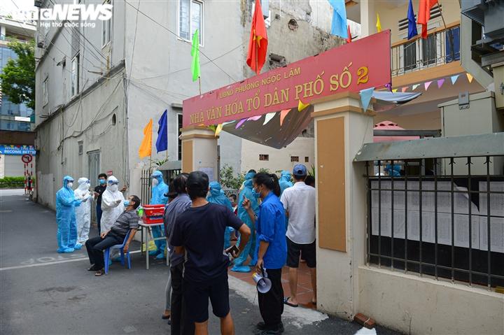 Ảnh: Cán bộ y tế Bắc Giang chi viện Hà Nội xét nghiệm COVID-19 diện rộng  - 1