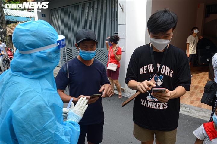 Ảnh: Cán bộ y tế Bắc Giang chi viện Hà Nội xét nghiệm COVID-19 diện rộng  - 4