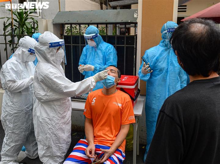 Ảnh: Cán bộ y tế Bắc Giang chi viện Hà Nội xét nghiệm COVID-19 diện rộng  - 6