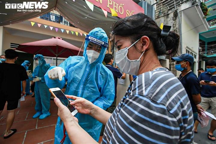 Ảnh: Cán bộ y tế Bắc Giang chi viện Hà Nội xét nghiệm COVID-19 diện rộng  - 5