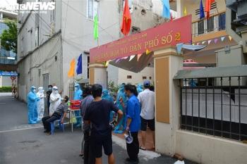 Ảnh: Cán bộ y tế Bắc Giang chi viện Hà Nội xét nghiệm COVID-19 diện rộng
