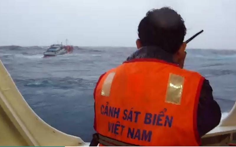 Kịp thời ứng cứu 2 tàu gặp nạn do bão số 5 -0