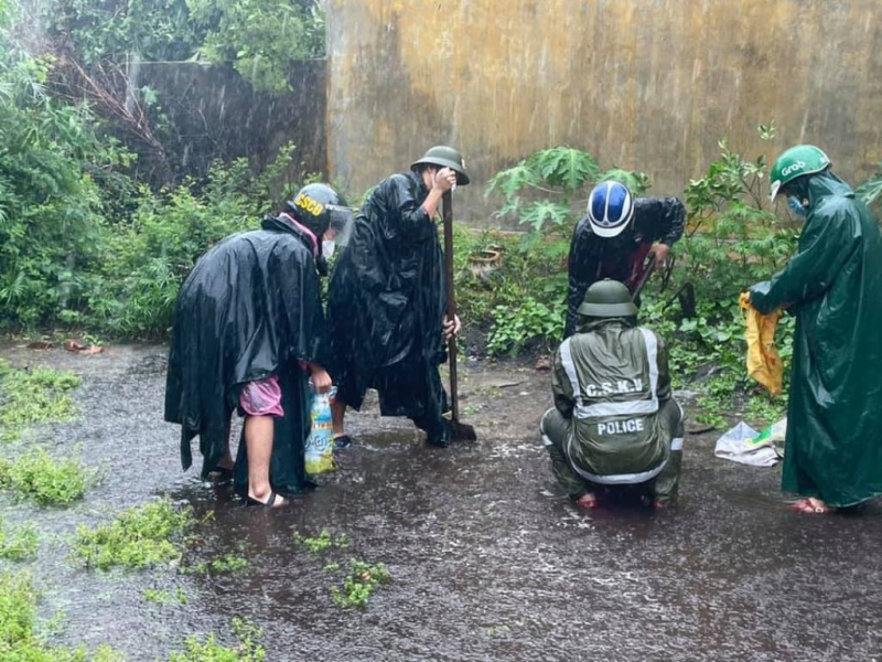 Nhiều nhà dân ở Đà Nẵng bị ngập sâu do mưa lớn -0