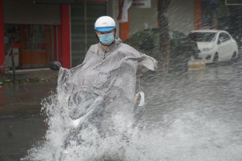 Nhiều nhà dân ở Đà Nẵng bị ngập sâu do mưa lớn -1