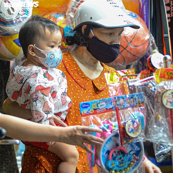 Ảnh: Người Hà Nội đổ xô mua sắm đồ chơi Trung thu bất chấp dịch COVID-19 - 3