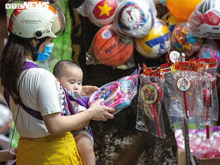 Ảnh: Người Hà Nội đổ xô mua sắm đồ chơi Trung thu bất chấp dịch COVID-19 - 2