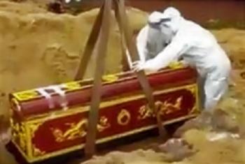 Bí thư, chủ tịch xã khiêng người chết do COVID-19 đi chôn cất