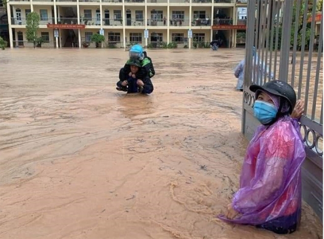 Ảnh: Phụ huynh Quảng Ninh vào tận lớp cõng con qua biển nước - 3