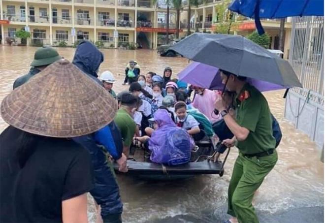 Ảnh: Phụ huynh Quảng Ninh vào tận lớp cõng con qua biển nước - 4