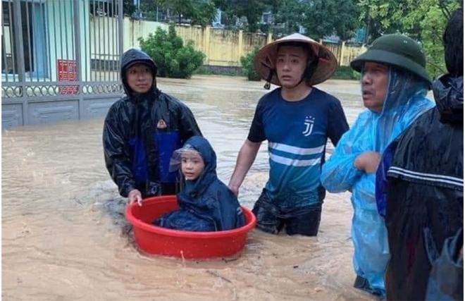 Ảnh: Phụ huynh Quảng Ninh vào tận lớp cõng con qua biển nước - 5