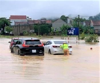 """Nghệ An: Mưa lớn, ngập nặng, nhiều tuyến đường phải tạm """"đóng cửa"""""""