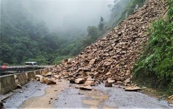 Hà Tĩnh: Đất đá sạt lở chắn ngang đường lên cửa khẩu Cầu Treo