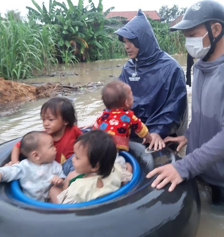Ảnh: Nhà ngập sau mưa lớn, người dân huyện Quỳnh Lưu, Nghệ An sơ tán tránh lũ - 10