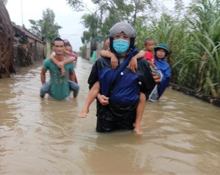 Ảnh: Nhà ngập sau mưa lớn, người dân huyện Quỳnh Lưu, Nghệ An sơ tán tránh lũ