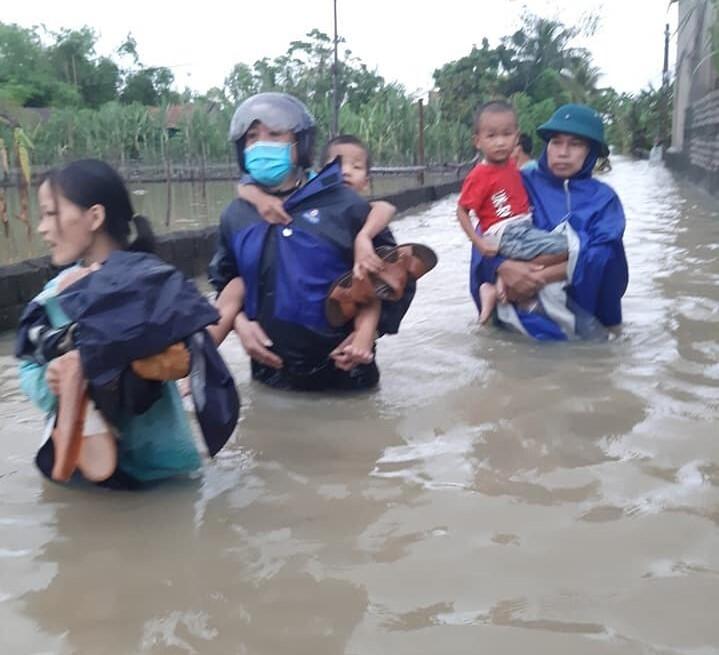 Ảnh: Nhà ngập sau mưa lớn, người dân huyện Quỳnh Lưu, Nghệ An sơ tán tránh lũ - 4
