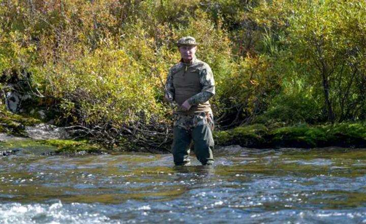 Kết thúc cách ly, Tổng thống Nga Putin đi bộ, câu cá