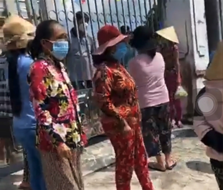 Dân kéo đến trụ sở UBND 'đòi' tiền hỗ trợ COVID-19, chính quyền phản hồi - 1