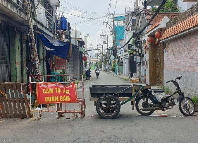 """Chùm ảnh: Nhiều nơi ở TP Hồ Chí Minh chờ đến giờ """"G"""" để tháo dỡ các chốt phong tỏa -1"""