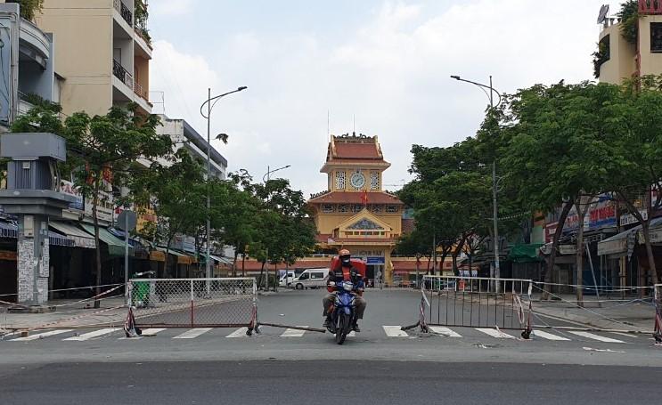 """Chùm ảnh: Nhiều nơi ở TP Hồ Chí Minh chờ đến giờ """"G"""" để tháo dỡ các chốt phong tỏa -6"""