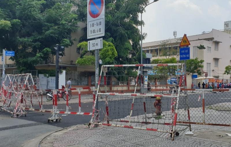 """Chùm ảnh: Nhiều nơi ở TP Hồ Chí Minh chờ đến giờ """"G"""" để tháo dỡ các chốt phong tỏa -8"""