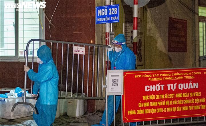 Ảnh: Ổ dịch COVID-19 lớn nhất Hà Nội được gỡ phong tỏa trong đêm - 5