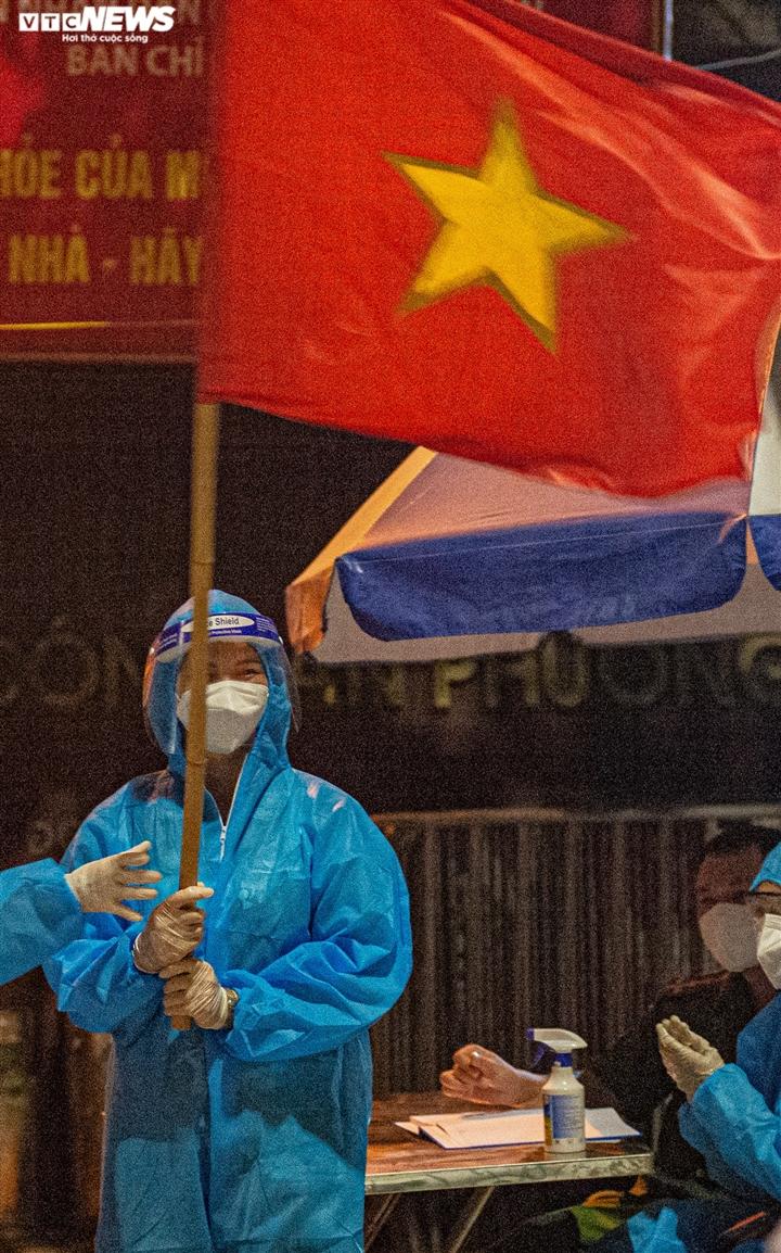 Ảnh: Ổ dịch COVID-19 lớn nhất Hà Nội được gỡ phong tỏa trong đêm - 9