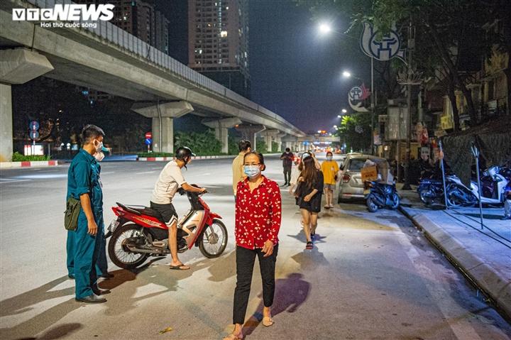Ảnh: Ổ dịch COVID-19 lớn nhất Hà Nội được gỡ phong tỏa trong đêm - 11